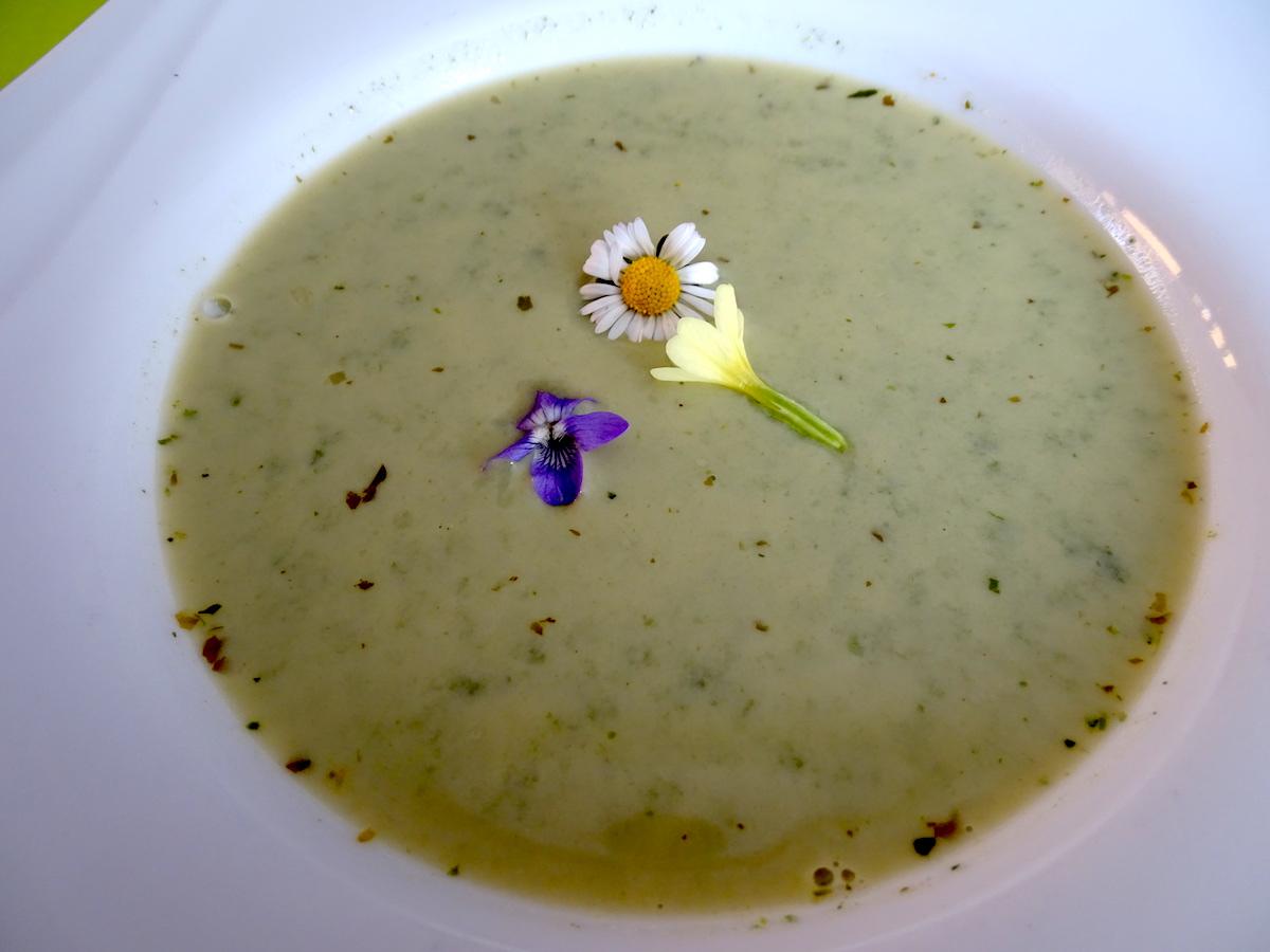 Schmeckt erstaunlich gut: Die Gründonnerstagsuppe aus verschiedenen Wildkräutern.