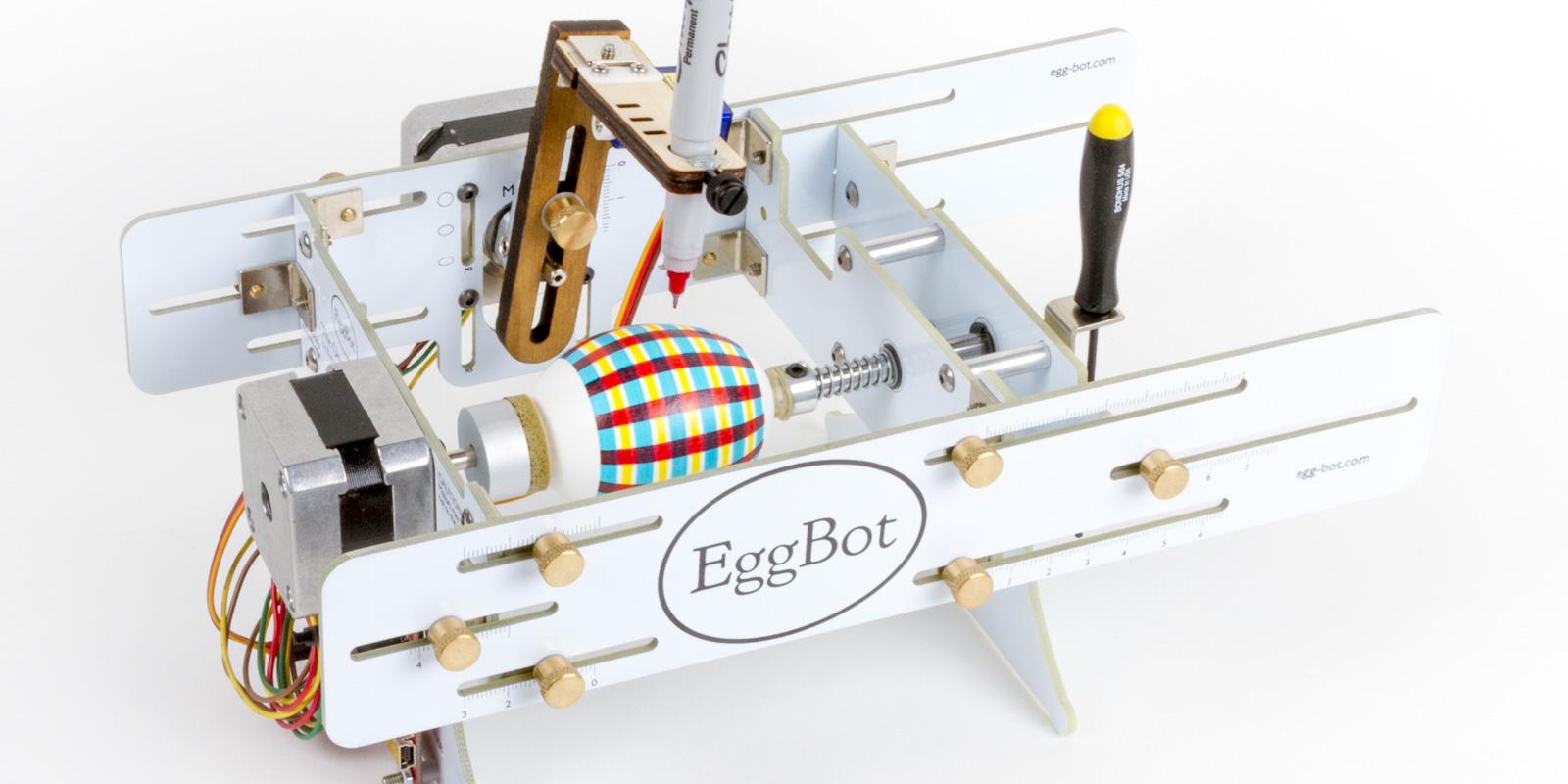Der «Eggbot» zaubert mit Lebensmittelfarbe Muster auf die Eier.