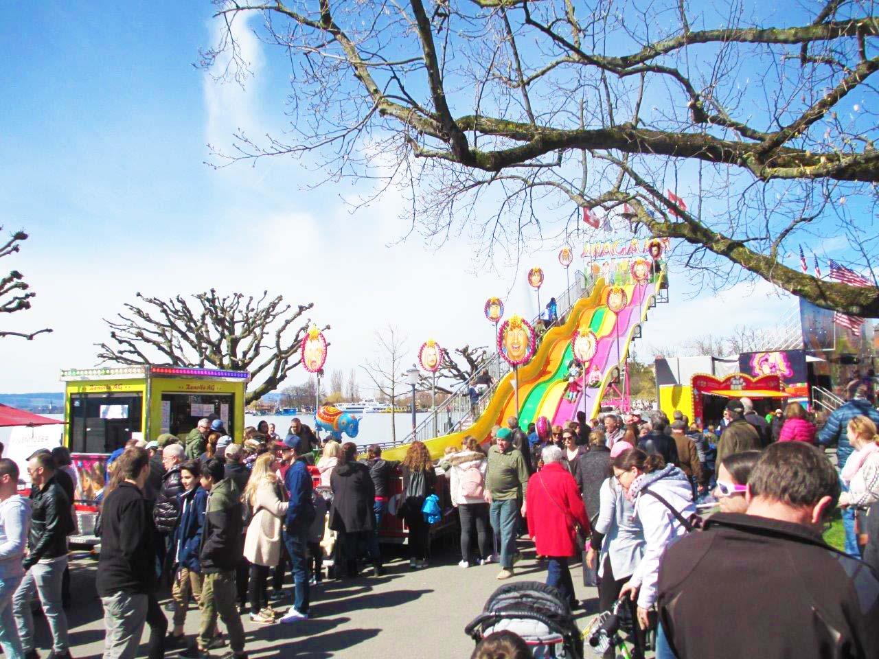 Das bunte Treiben auf der Zuger Osterchilbi mit rund 70 Marktsteller und Lunapark.