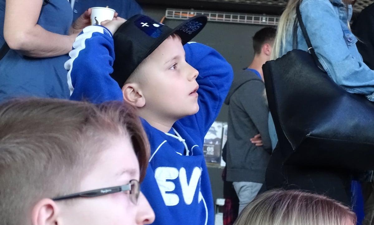 Not amused: Dieser kleine EVZ-Fan folgt dem letzten Match der Saison gespannt.