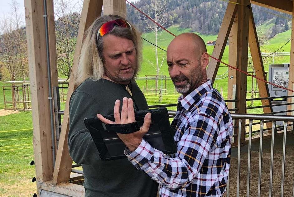 Oli Hess (links) und Roman Dettwiler testen die Technik.