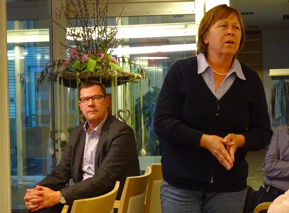 Käthy Ruckli, Gemeindepräsidentin von Buchrain, warb im Anschluss für die Vorlage. Im Hintergrund hört CVP-Fraktionschef Ludwig Peyer zu.