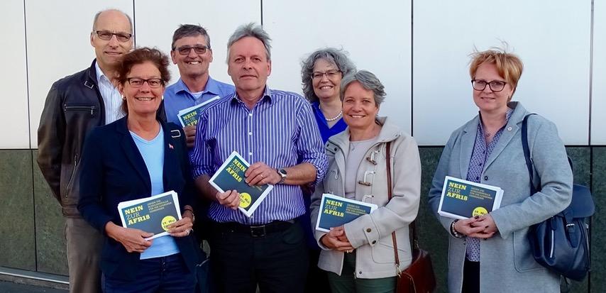 Vor der Veranstaltung verteilten Gegner der Vorlage Flyer. Darunter die Kantonsräte Heidi Scherer (FDP), Franz Gisler (SVP), Urs Brücker (GLP) und Claudia Bernasconi (CVP).