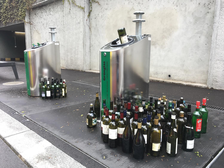 Die Stadt enfernte die Flaschen am Sonntag. Doch am Montag ging es munter weiter.