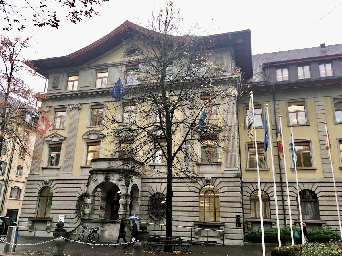 Wie viele Wahlcouverts wohl in seinem Briefkasten landen? Das Stadthaus am Hirschengraben in Luzern.