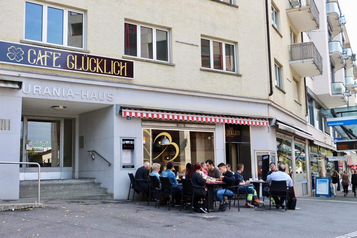 Im Café Glücklich sitzen die Gäste auch Mitte September noch draussen.