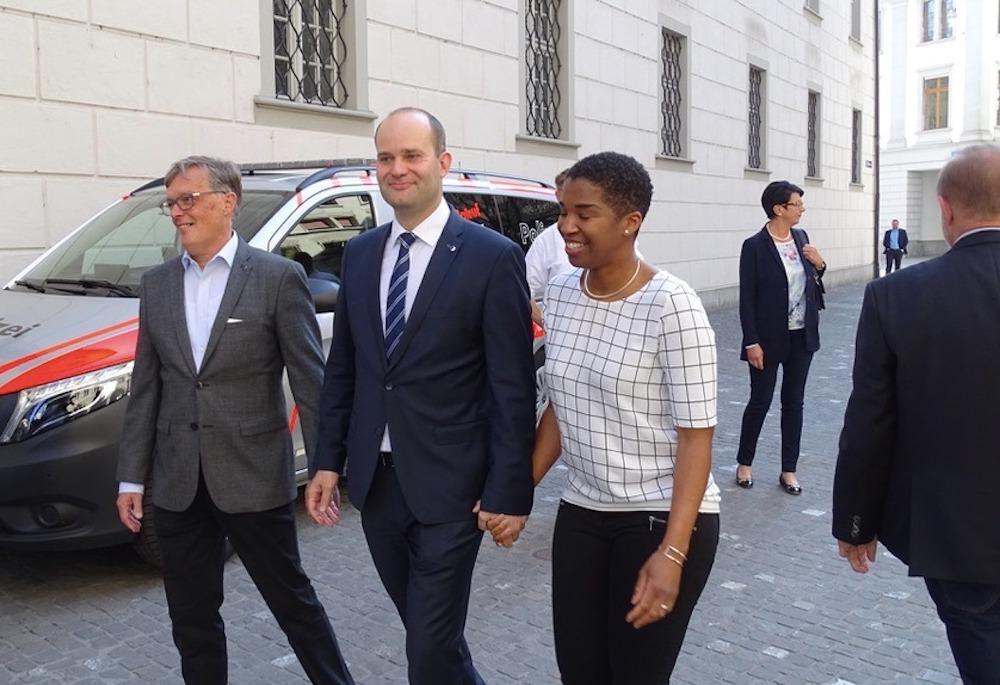 Fabian Peter (Mitte) mit seiner Frau und Parteipräsident Markus Zenklusen.
