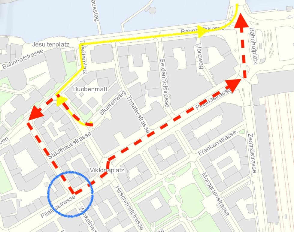 Die Autos aus dem LUKB-Parkhaus müssen dereinst neu über die Pilatusstrasse (rot) statt wie bisher über die Bahnhofstrasse (gelb). Der blaue Kreis zeigt die Kreuzung, die neu gestaltet werden soll.