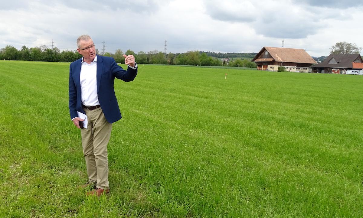 Heinz Tännler steht, wo in wenigen Monaten eine gigantische Arena hingezaubert wird.