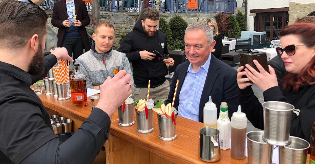 Die Jury: Andy Walch (links), 2015 Weltmeister, Benoît Meny, Barchef im Swiss-Chalet Merlischachen, undTanja Lendi, Sales-Verantwortliche beim Whiskey-Importeur.
