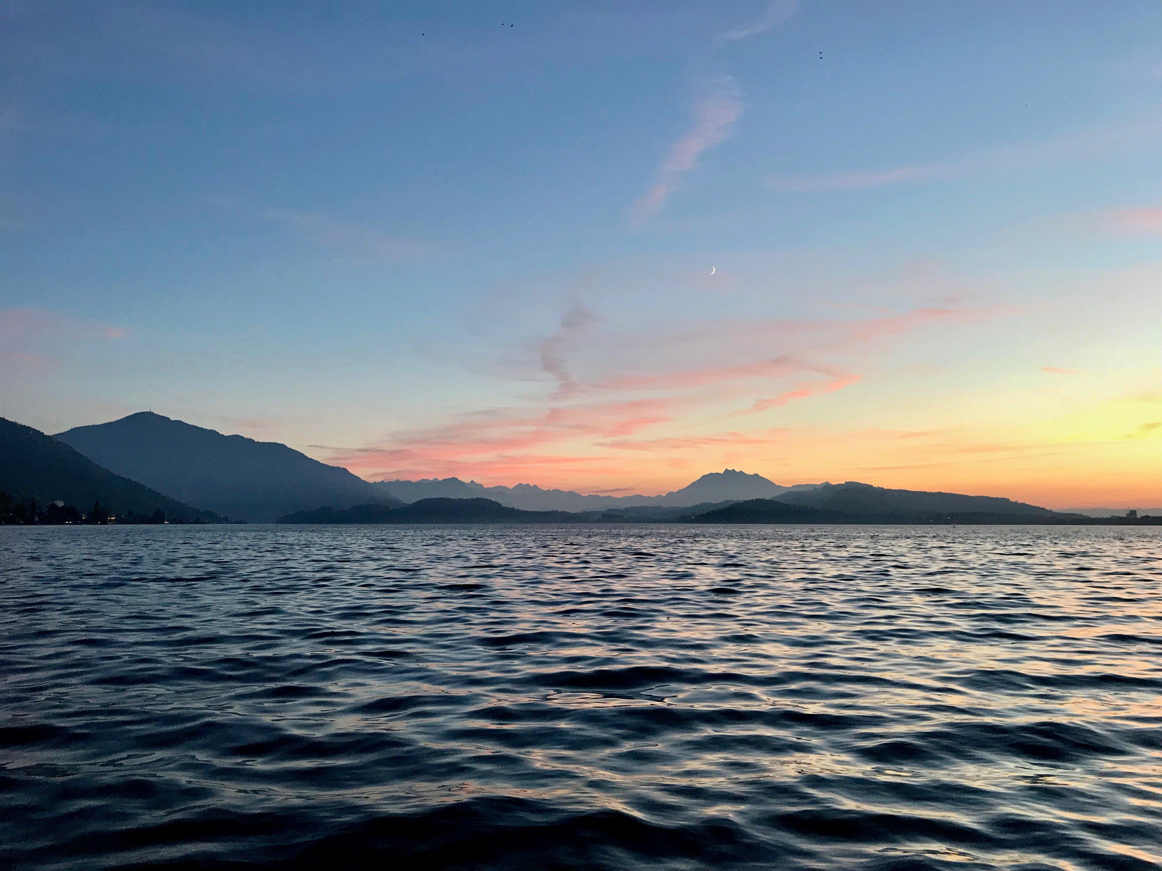 Auch aufgrund solcher abendlicher Panoramen sind die Zuger Badis äusserst beliebt.