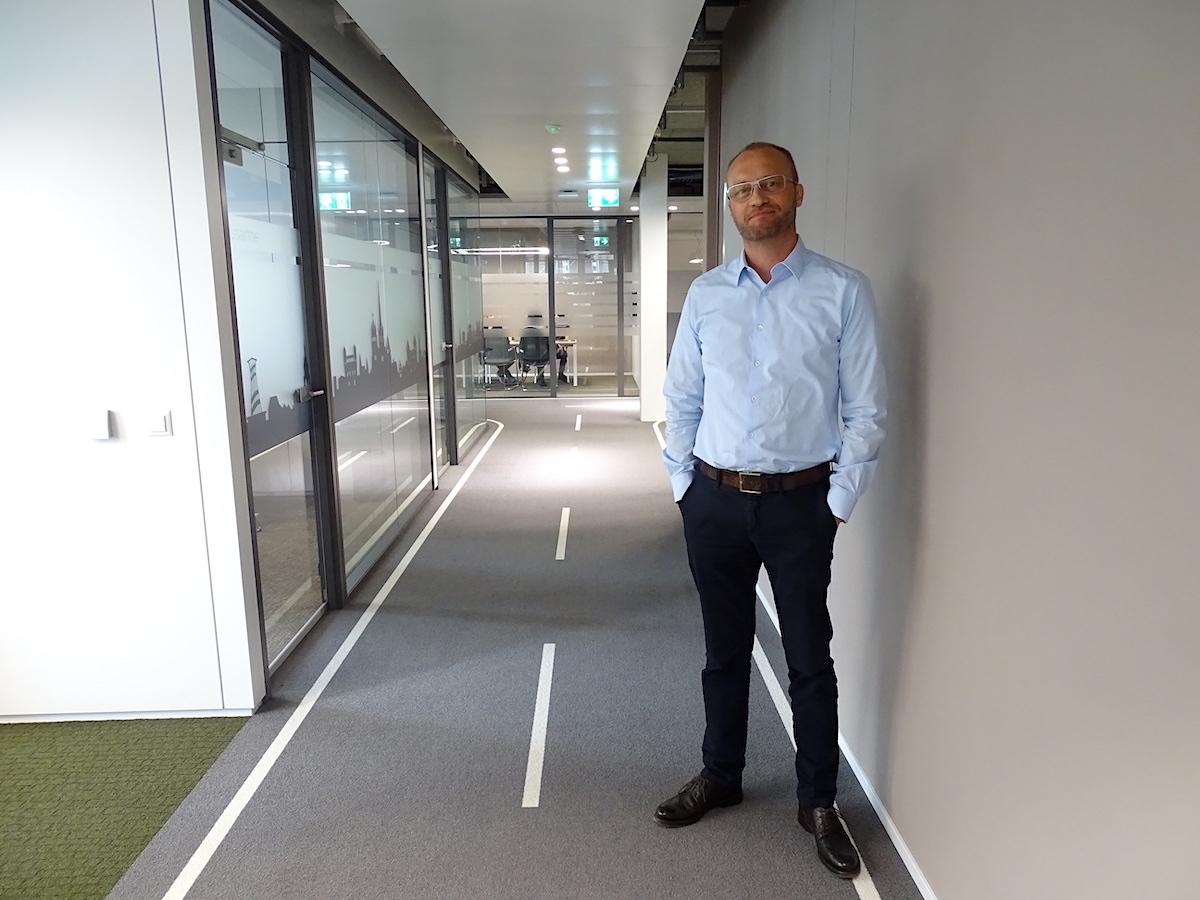 Der neue Mobility-CEO Roland Lötscher steht auf der büroeigenen Strasse.