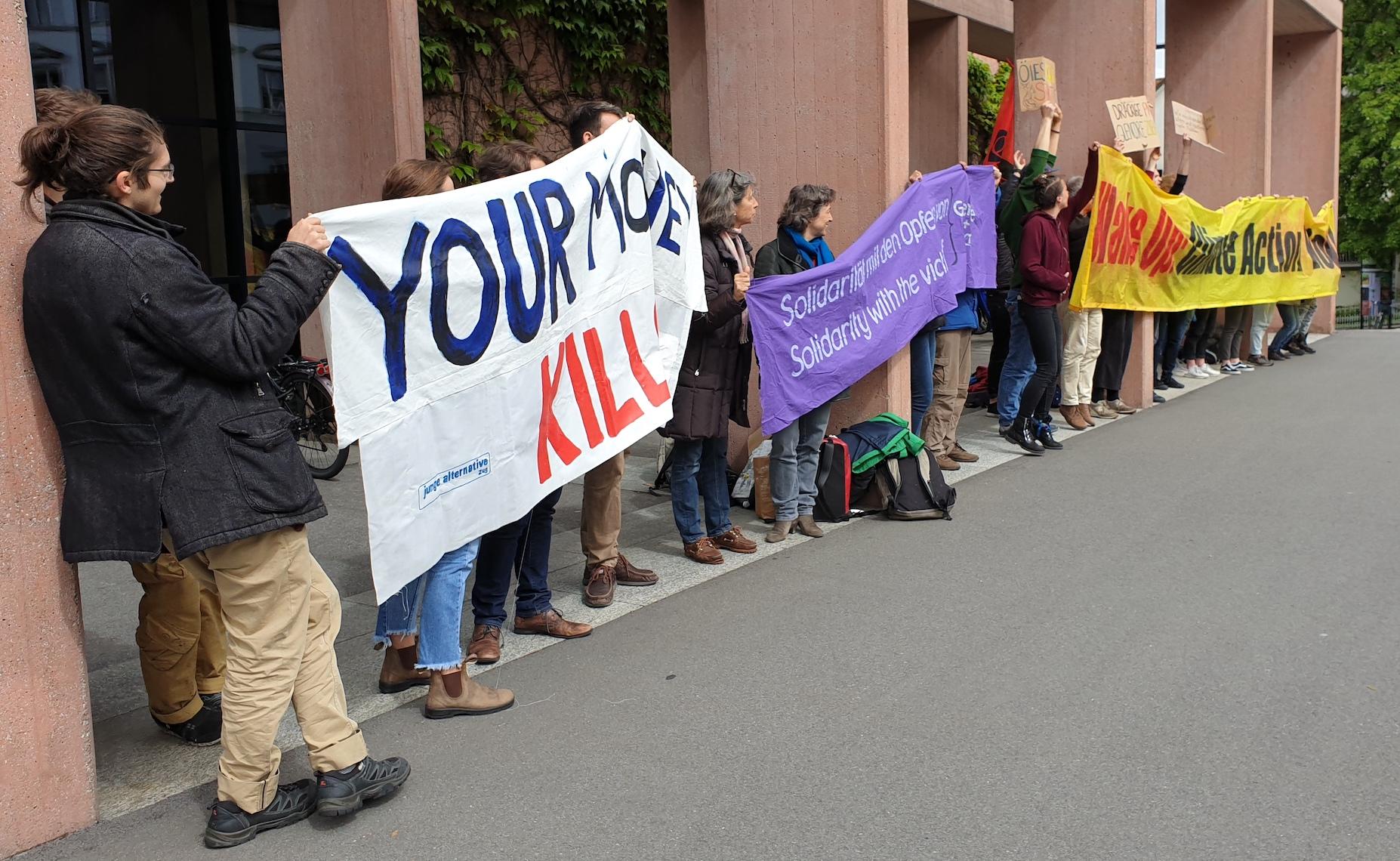 Klimaaktivisten demonstireren vor dem Casino Zug gegen Glencore.