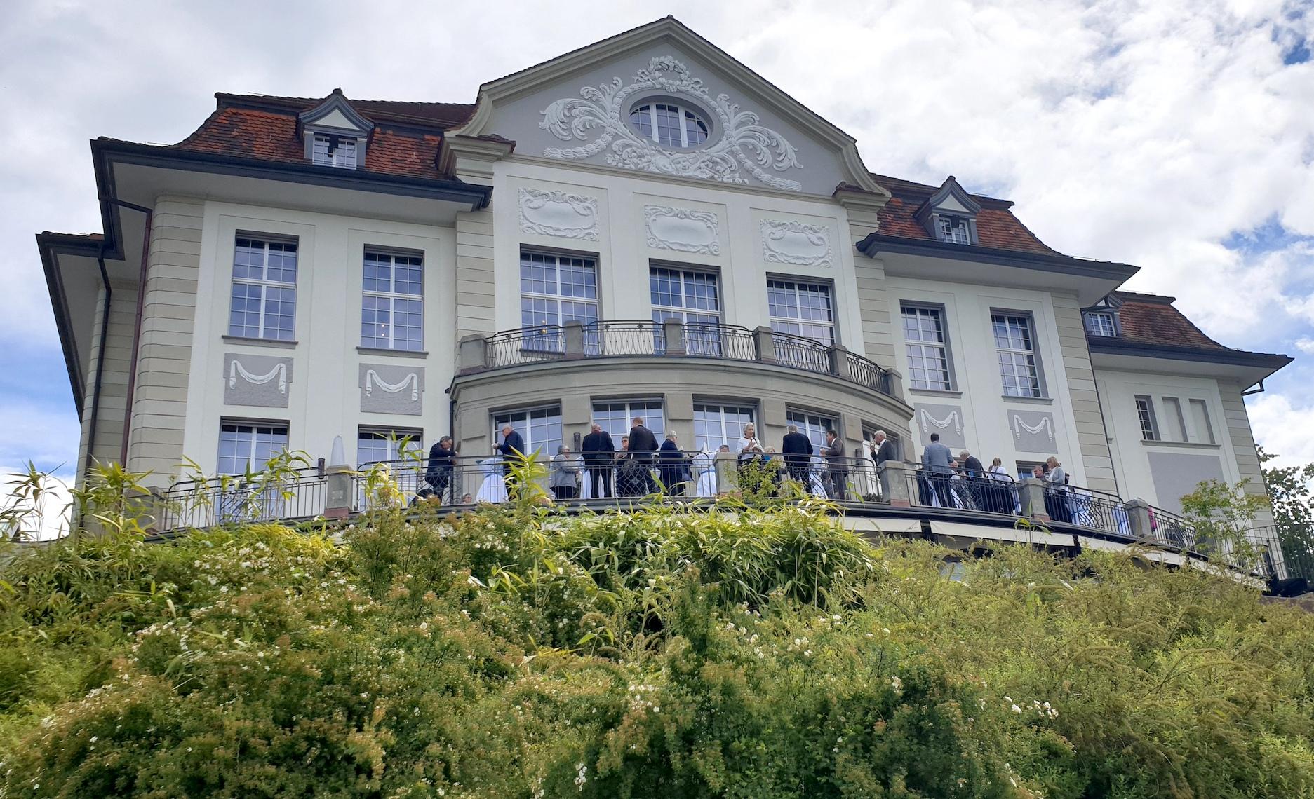 Apéro nach der Generaversammlung auf der Terrasse des Theater Casino Zug.