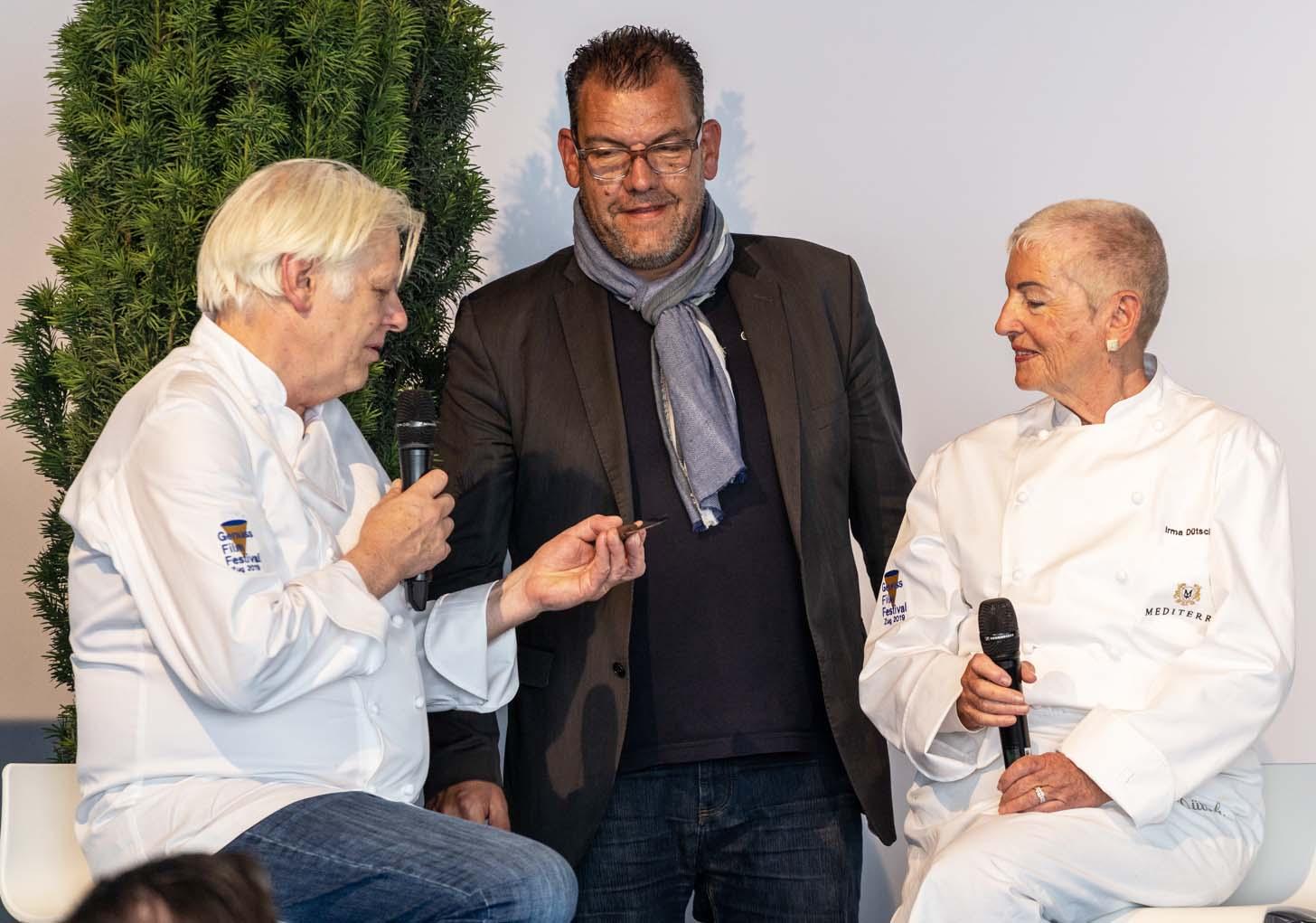 Stefan Meier (Rathauskeller, links) im Gespräch mit Organisator Mathias Luchsinger und Preisträgerin Irma Dütsch