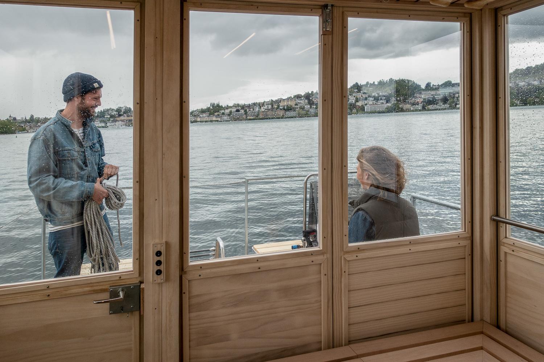 Res Wallimann und Stella Holz auf der Terrasse des Saunaboots.