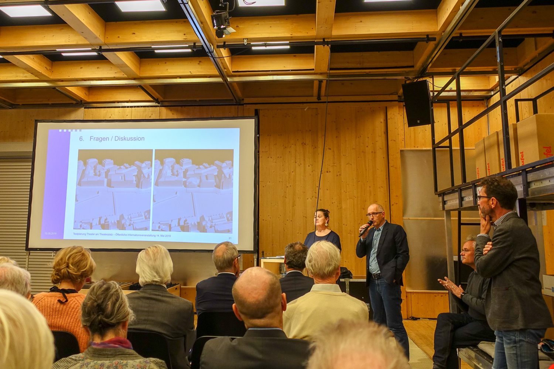 Die städtische Kulturchefin Rosie Bitterli und Stadtarchitekt Jürg Rehsteiner stellen sich in der Box den Fragen des Publikums.