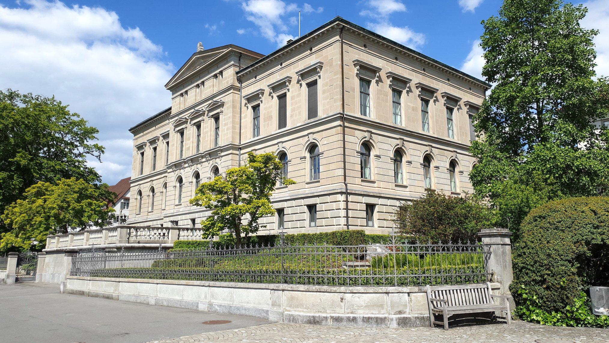 Zuger Regierungsgebäude mit vorgelagerter Terrasse und Garten.