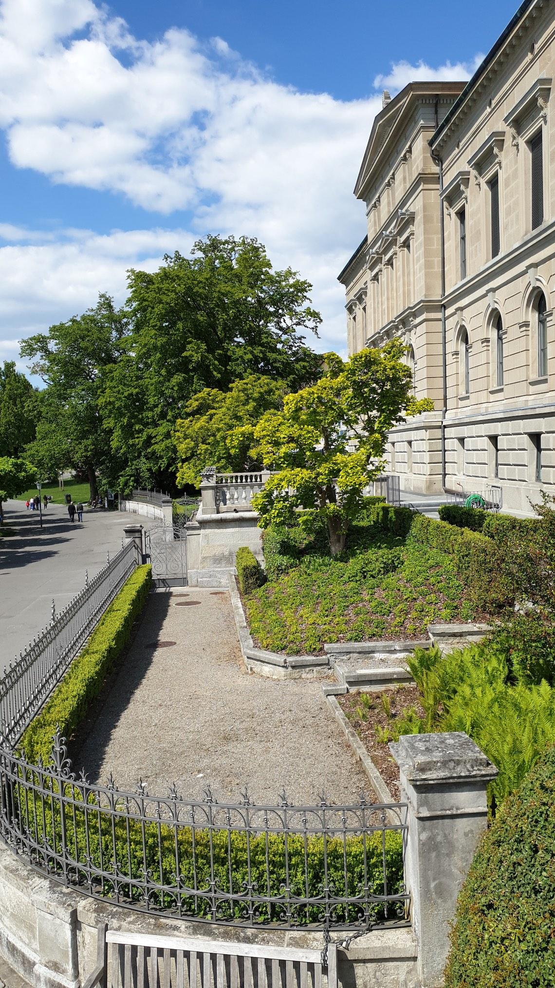 Öffentlich: Garten ind Terrasse des Zuger Regierungsgebäudes.