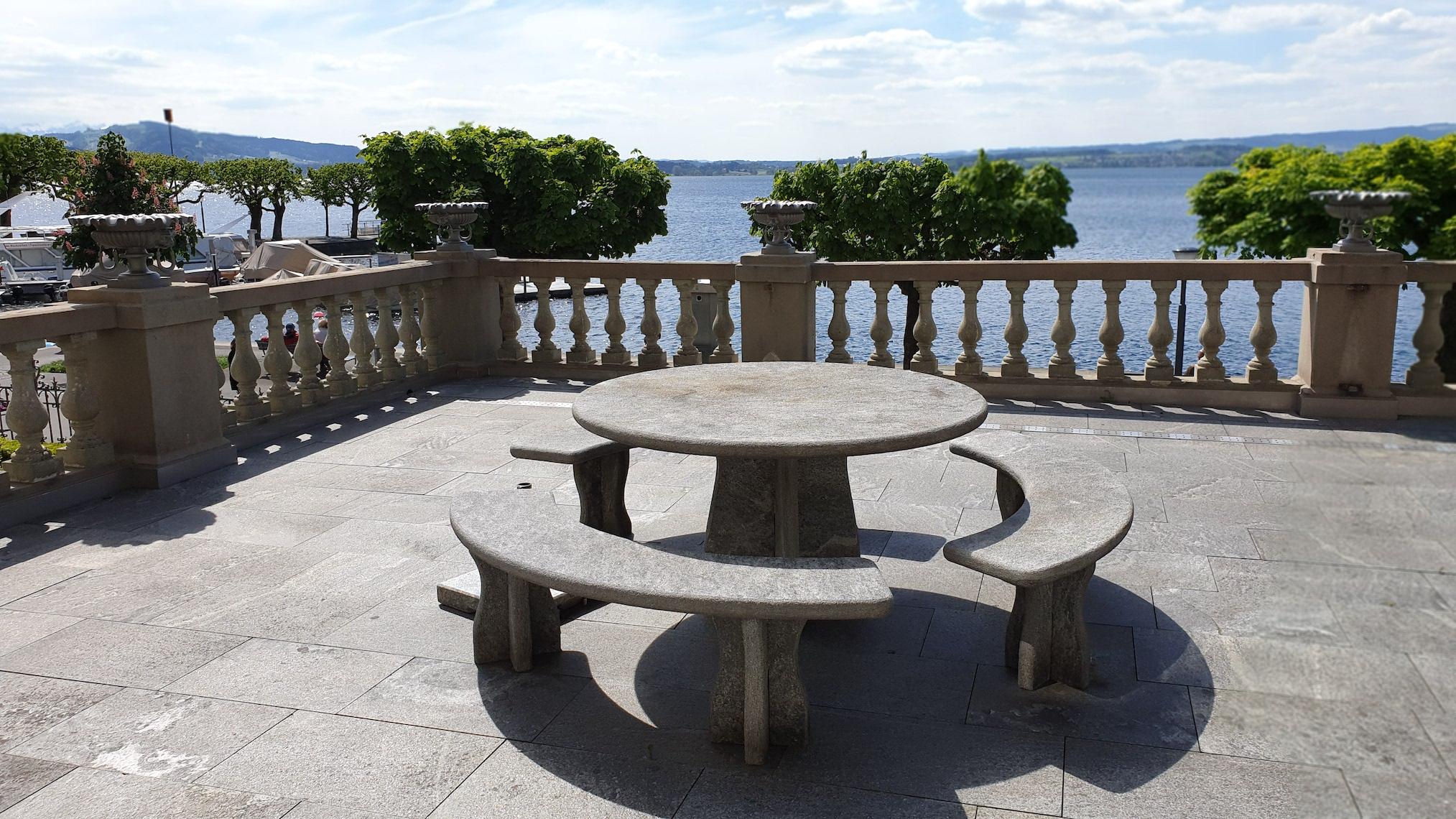 Tischlein deck Dich: Gneistisch auf der Terrasse des Zuger Regierungsgebäudes.