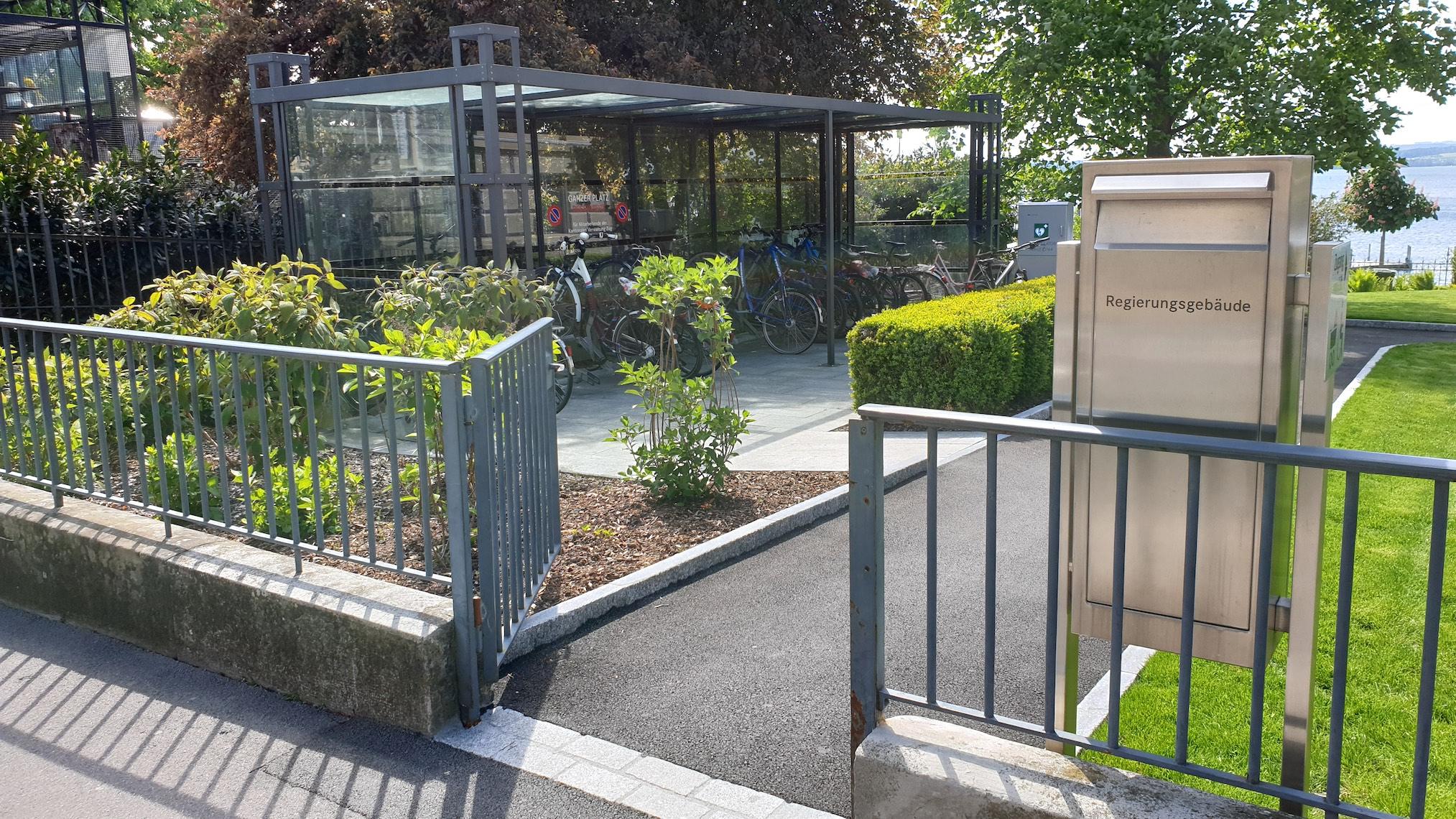 Das moderne Tor und der Zaun sind laut Kanton denkmalgeschützt.