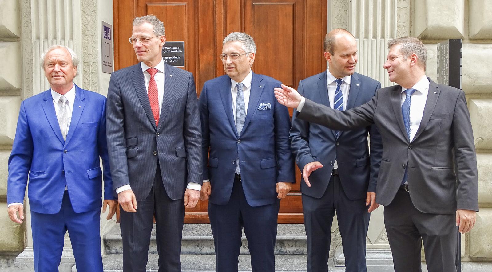 Der einzige Neue, der einzige unter 50 Jahren: Fabian Peter (zweiter von rechts) zieht den Altersschnitt im Luzerner Regierungsrat nach unten.
