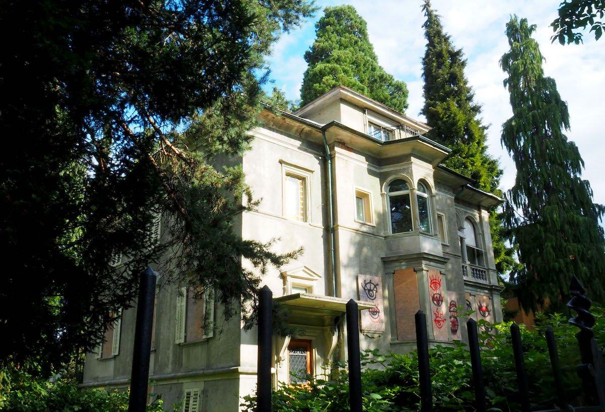 Trotz all den Brettern, Graffitis und Dornenbüschen sieht man dem Haus an der Obergrundstrasse 99 die schicke Vergangenheit an.