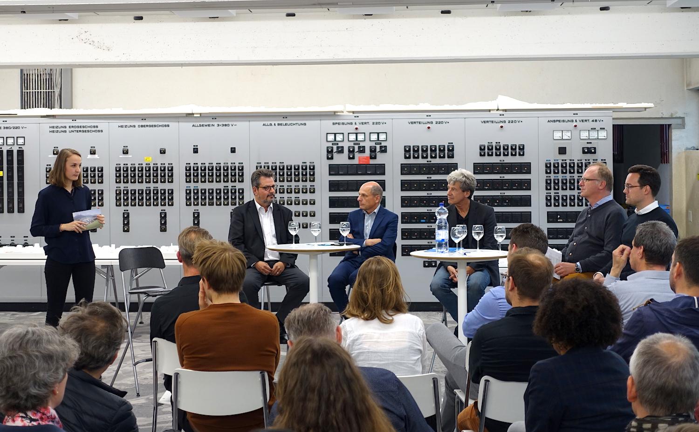 Moderatorin Laura Iseli und die Diskussionsrunde mit Max Hess (Gemeindepräsident Dierikon), Andreas Gyger (Projektleiter MParc-Areal), Werner Schaeppi (Kommunikationsfachmann), Gerold Kunz (Architekt) und Nils Lehmann (Projektentwicklung Amag-Areal).