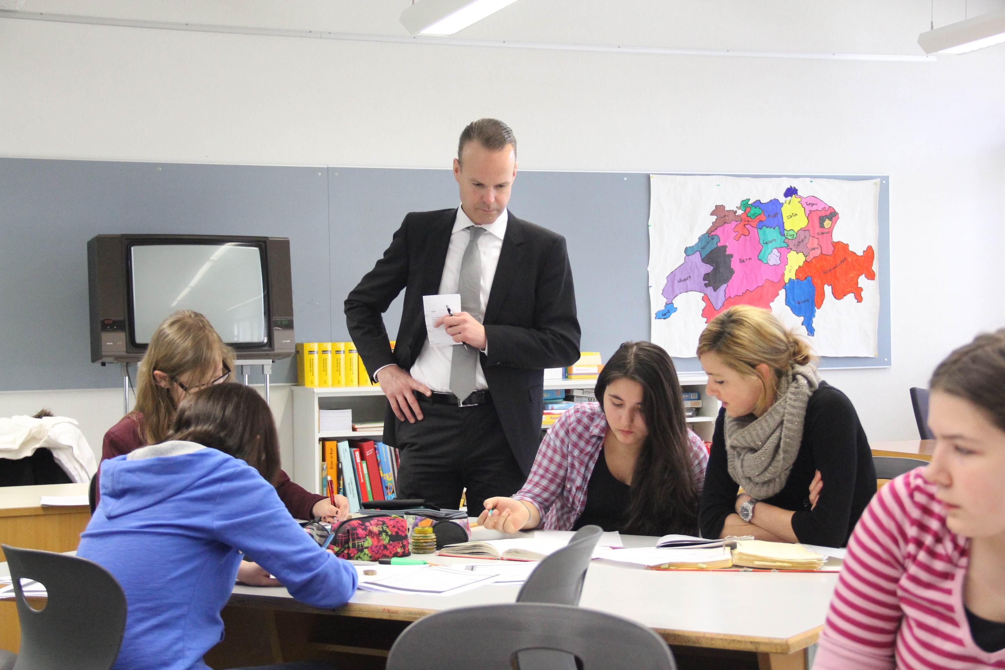 Für die Gesetzesänderung: Der Zuger Bildungsdirektor Stephan Schleiss. Archivbild von einem Schulbesuch in Oberägeri.