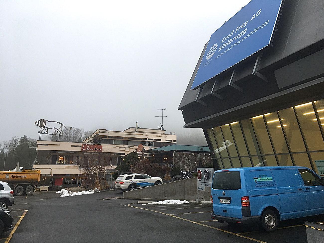 Sihlbrugg: Geht's dem Restaurant Löwen (im Hintergrund) bald an den Kragen? Rechts die expandierende Emil-Frey-Garage.