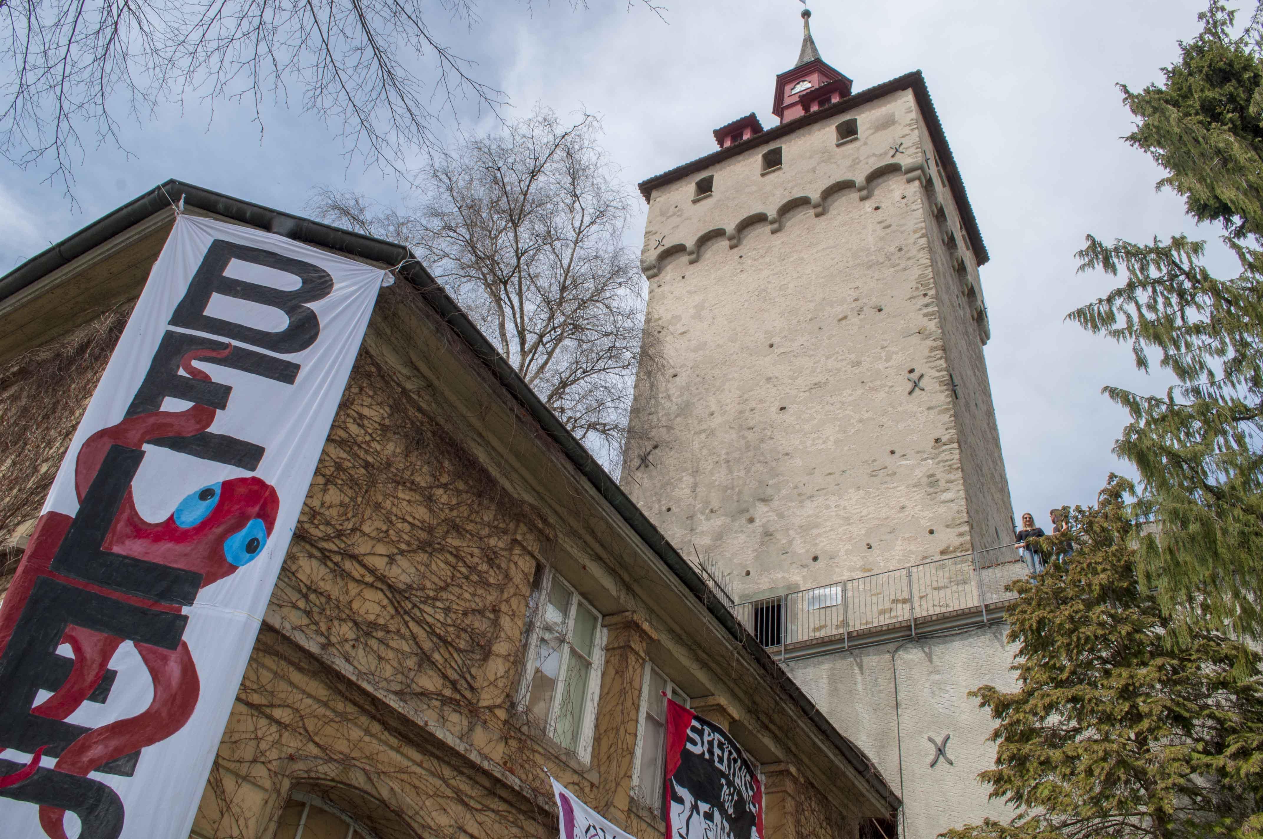 Der Wachtturm und das besetzte Nebengebäude der städtischen Villa auf Musegg 1.