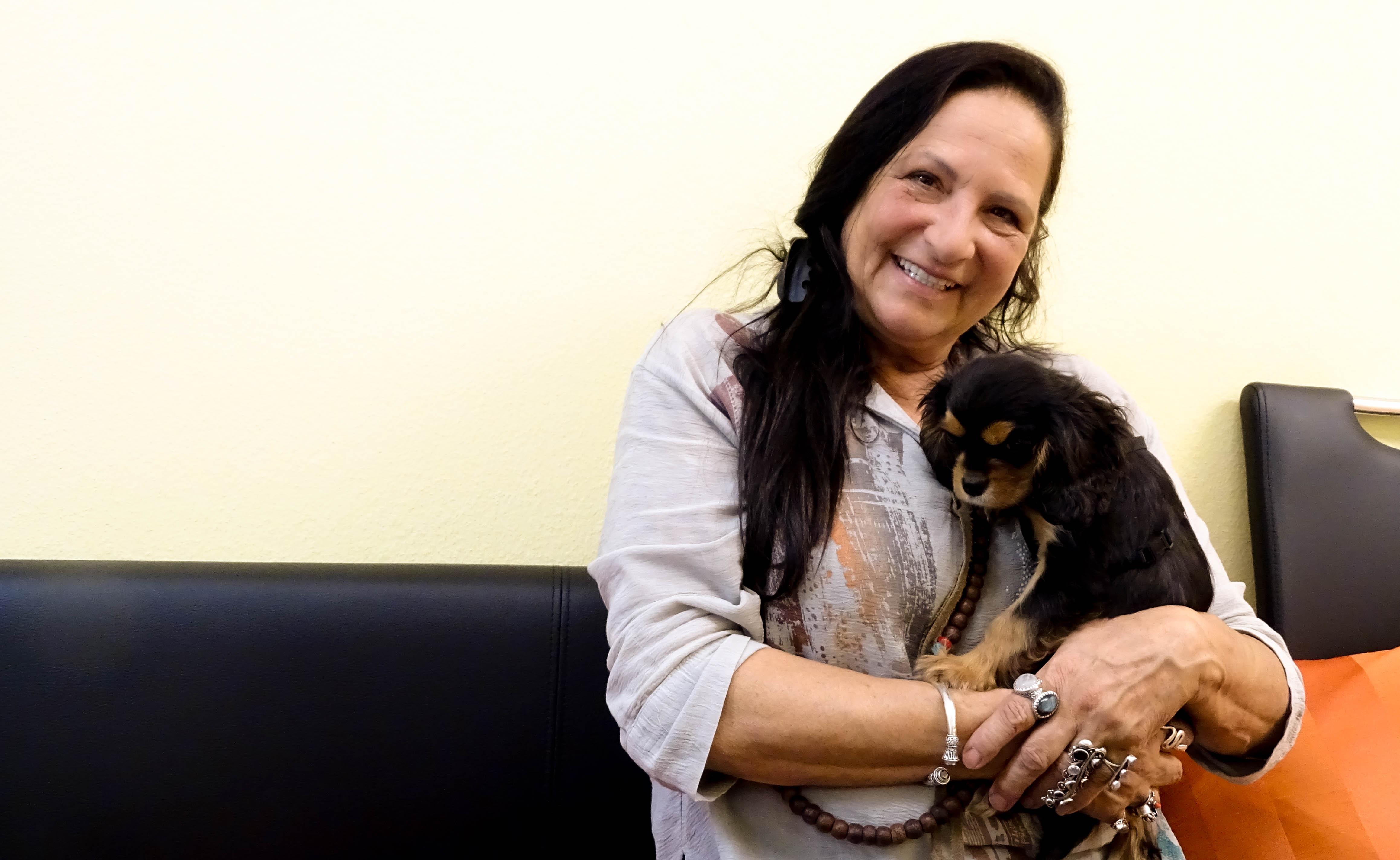 Jacqueline Hefti mit ihrer Hündin Angie.