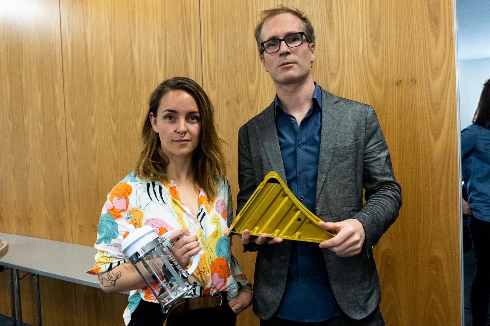 Jana Avanzini mit ihrem Geschenk (einer Bodum-Kanne) und Georg Humbel, Redaktor bei SRF Rundschau, mit dem Goldenen Bremsklotz. Bodum wollte ihn nicht persönlich abholen.