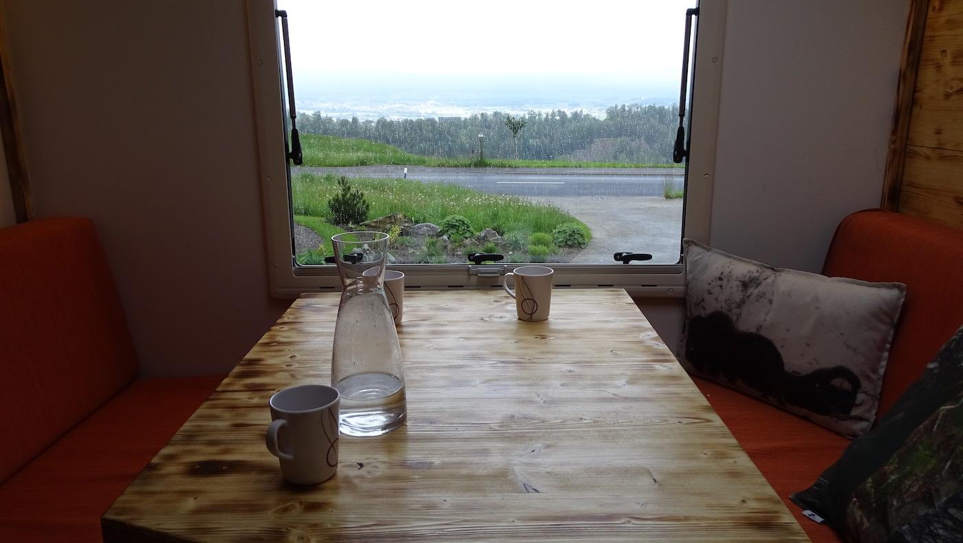 Schon vor der Abfahrt ist die Aussicht vom Esstisch gut.