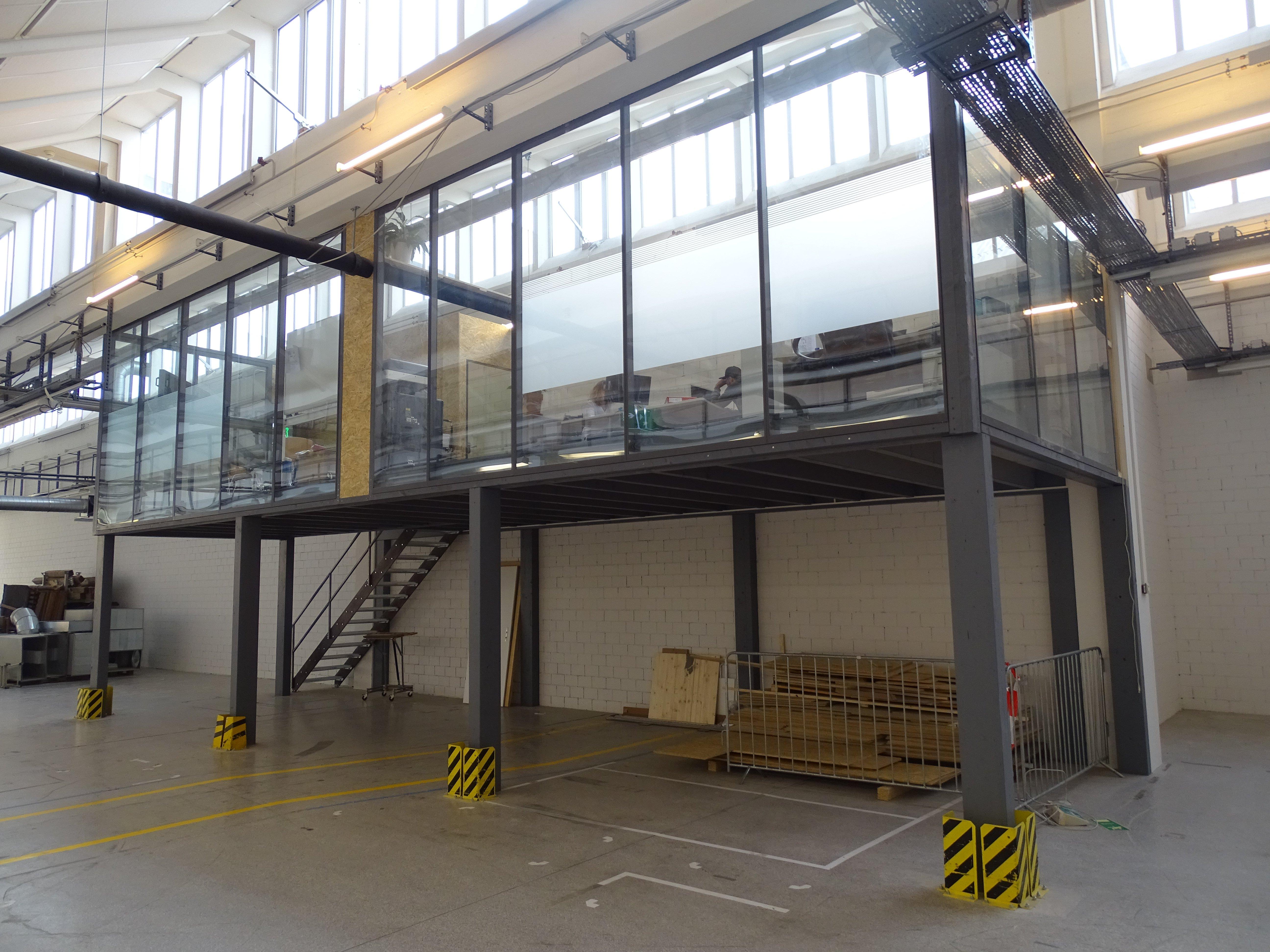 Das Büro der Geschäftsleitung wird so bestehen bleiben, der Platz darunter wird aber mit Sitzmögllichkeiten ausgestattet.