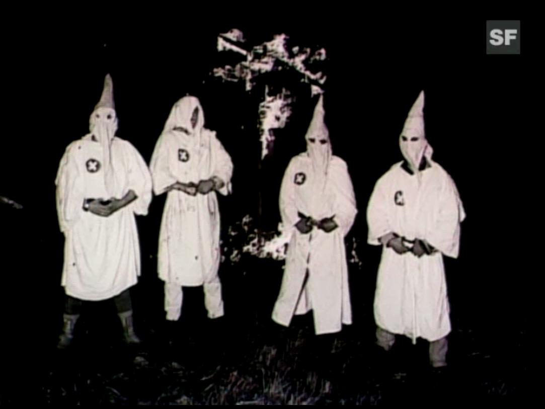 Bruno Hoffmann posiert mit weiteren Fröntlern als Ku-Klux-Klan-Gruppe.