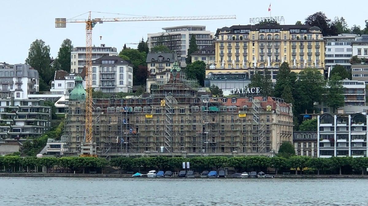 Das Hotel als Baustelle: Blick auf den Spittelerquai mit dem Palace.