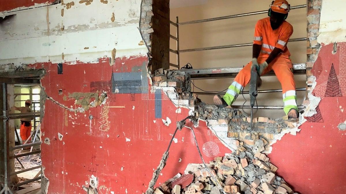 Patrick Melsah trägt Wände ab:60 Bauarbeiter malochen im Palace.