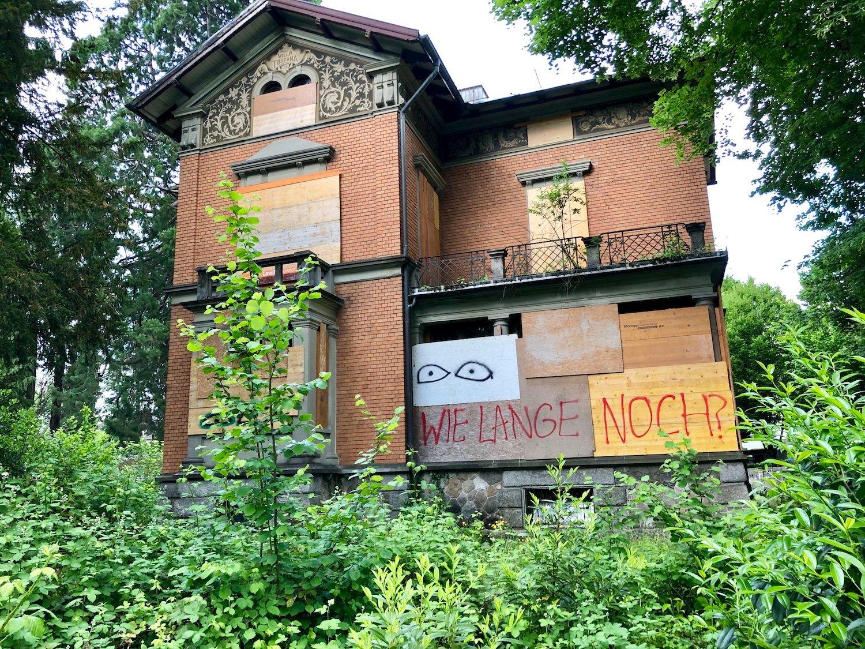 «Wie lange noch?»: Niemand weiss, wann die Bodum-Villa an der Obergrundstrasse 101 renoviert wird.
