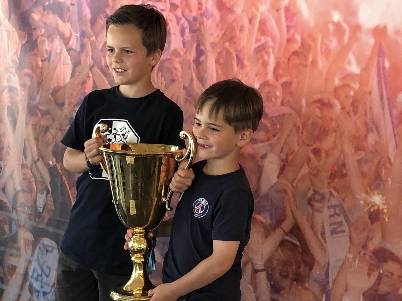 Die Glücksbringer der Verlosung zu Gunsten des FCL-Nachwuchses, Ben (links) und Tom, posieren schon mal mit dem Meisterpokal.