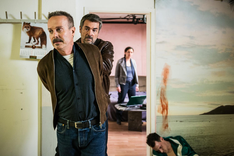 Kommissar Flückiger (Stefan Gubser) verhaftet am Tatort Heinz Oberholzer (Peter Jecklin), am Boden liegt das Mordopfer.