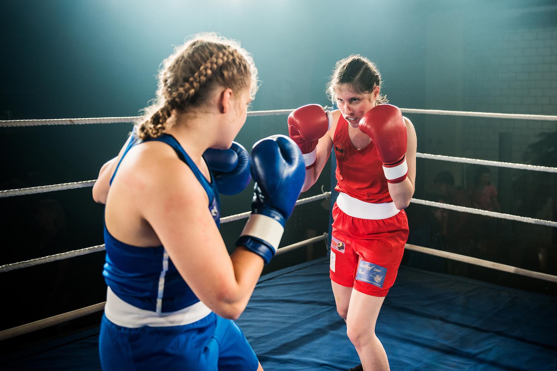 Frauen-Boxkampf bis aufs Äusserste: Fiona Wyss als Kerry Breitlinger (l.) und Tabea Buser als Martina Oberholzer.