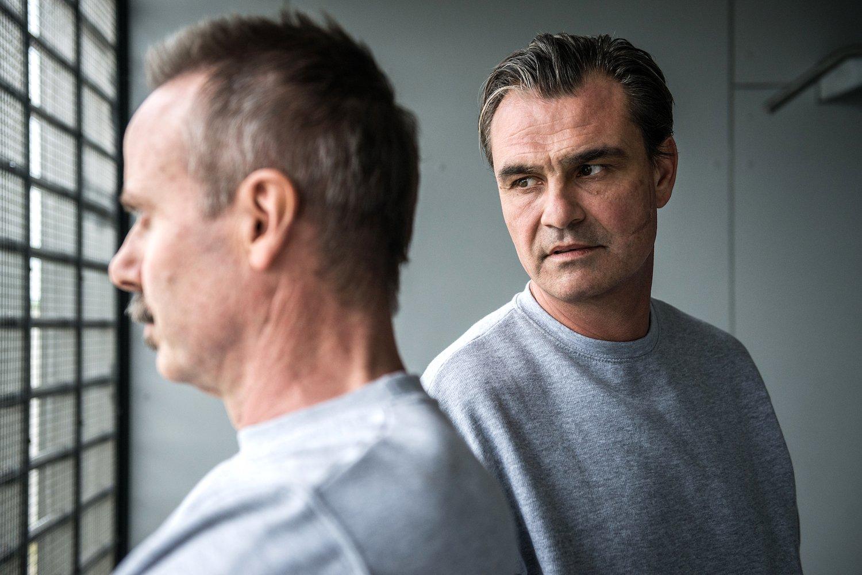 Geraten im Gefängnis schnell aneinander: Peter Jecklin als Heinz Oberholzer und Pit-Arne Pietz als Pius Küng, Drahtzieher eines Doping-Rings.