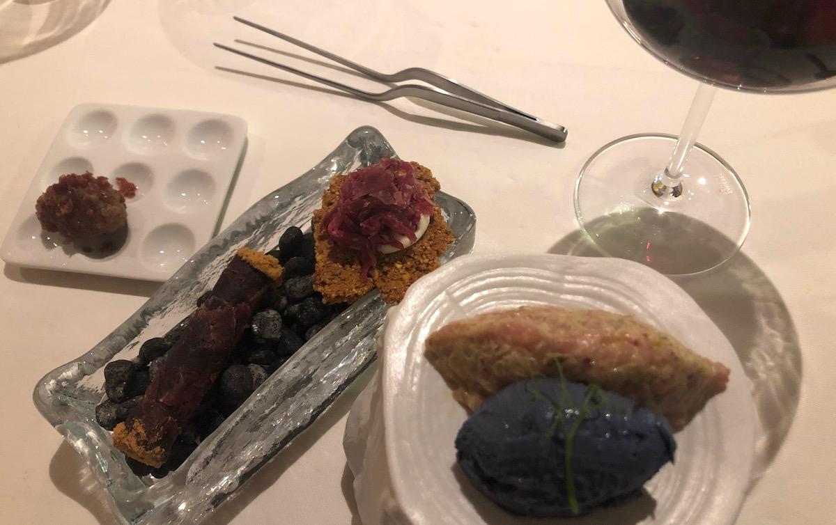 Mit Pipette zu geniessen: filigrane Kochkunst, iberischer Schinken links, Kalbstatar mit Trüffelglace rechts.