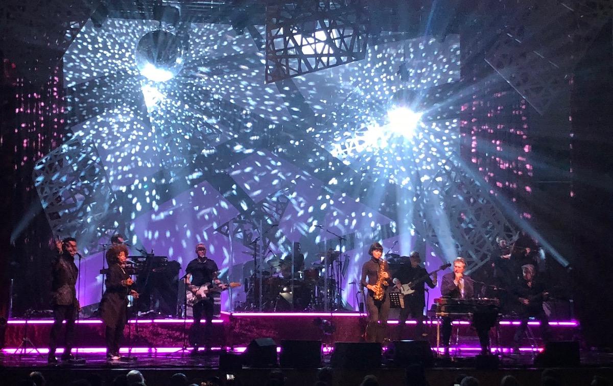 Lebemann Bryan Ferryleistet sich ein opulente Lichtshow.