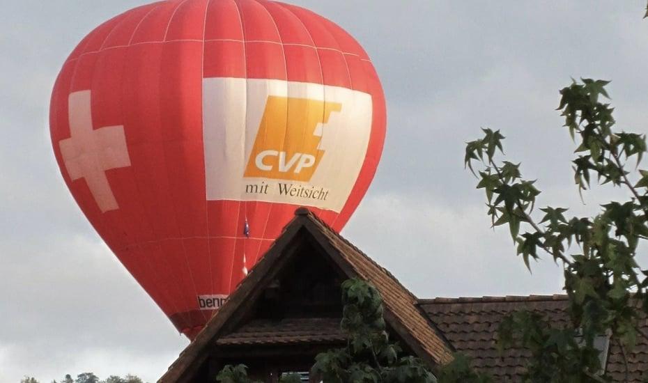 Vorbild Benny Elsener: In seine Wahlkämpfe zieht der Stadtzuger CVP-Mann jeweils mit dem Heissluftballon.