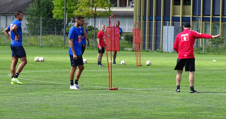 Co-Trainer Manuel Klökler gibt Anweisungen, die Spieler horchen.