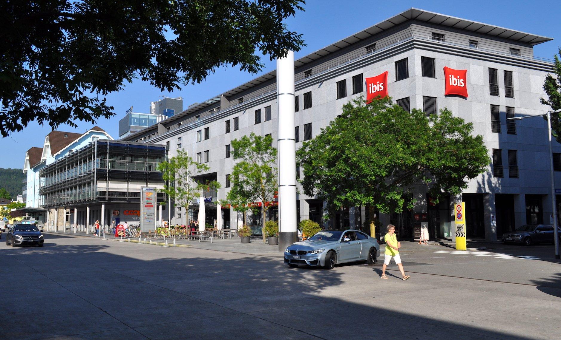 Der Bahnhofplatz von Baar mit dem Hotel Ibis.