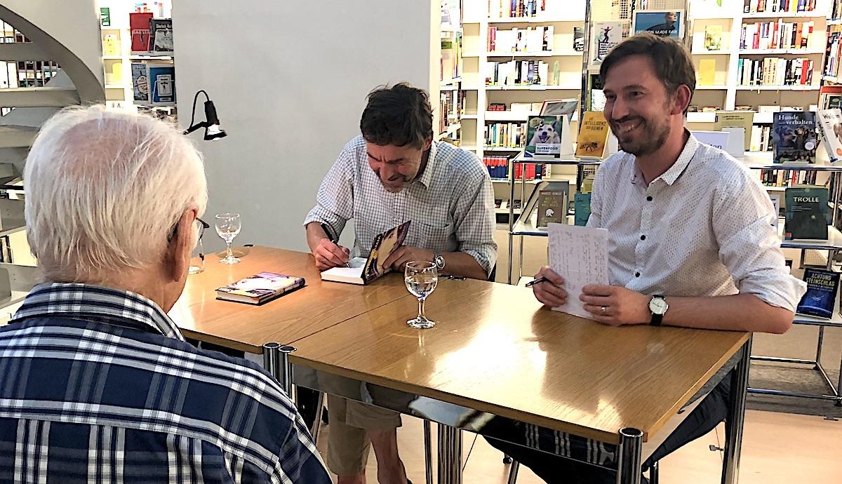 Moderiert Lesungen: Thomas Heimgartner (rechts) hier mit Peter Stamm in der Bibliothek Zug.
