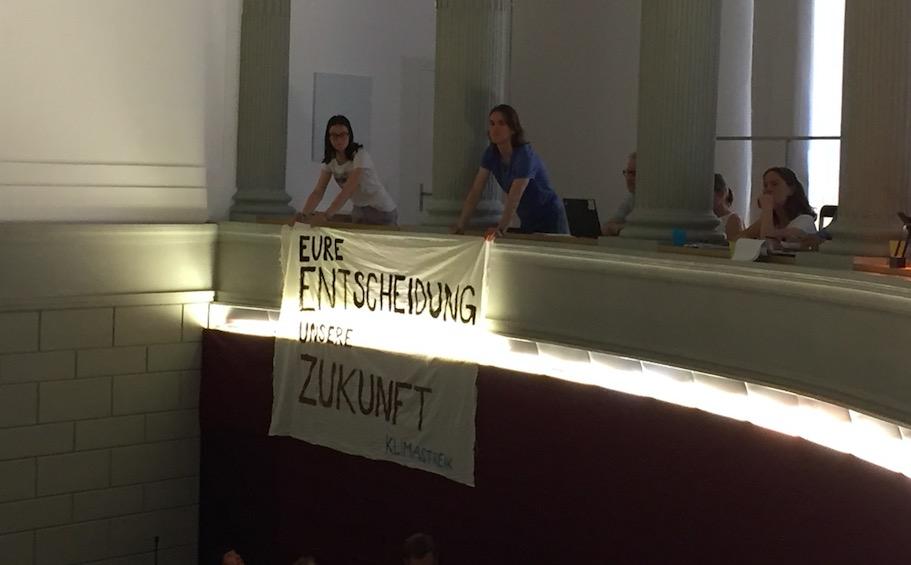 Während der Session wurde auf der Tribüne ein Plakat ausgerollt.